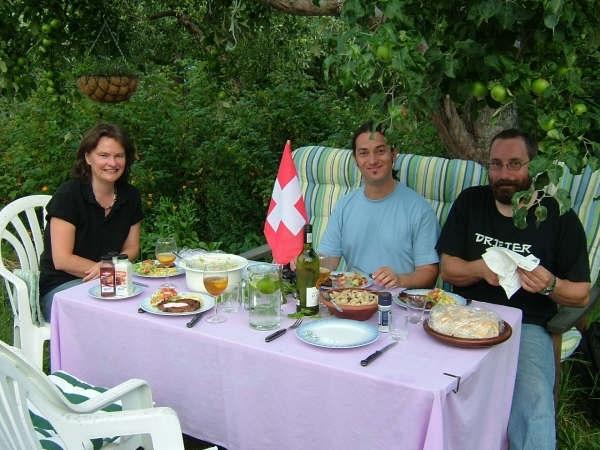 Sprachkurse in Schweden - Essen im Garten